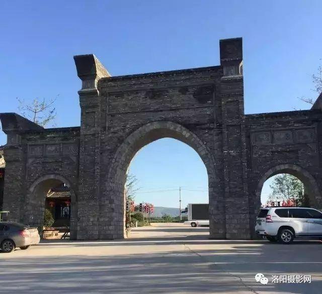 洛阳东南有座万安山,这里有野生动物园,山顶公园,郁金香花海,七彩大
