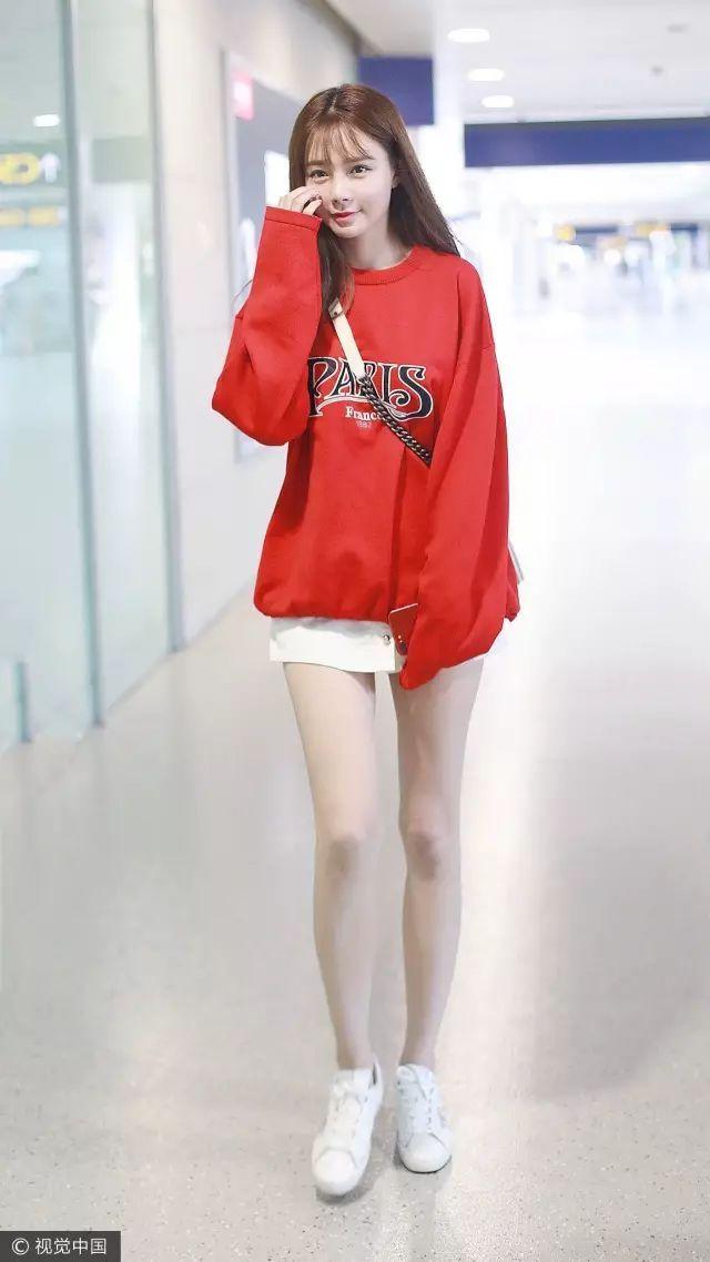 沈梦辰杜海涛同框秀恩爱,我却一眼相中她穿的时髦红色卫衣!