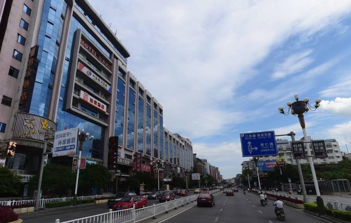 中山中路桂林汽车总站的户外广告牌拆除后的情景.图片