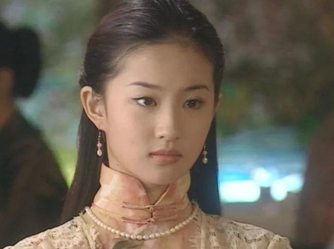 刘亦菲青涩照流出,原来与林志颖关系这么亲密,一起看雪同盖一张被子