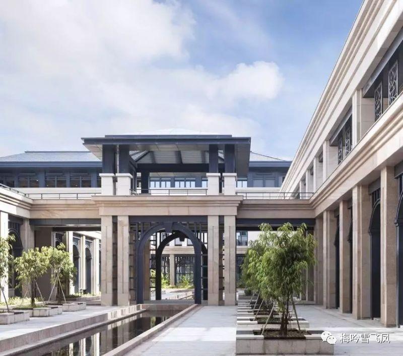 中央教学楼在图书馆南面以立体化的步行连廊系统相衔接,外部与校园