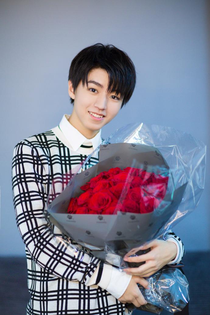 在这组写真里,面容清秀的王俊凯身着白底黑条纹毛衣,乌黑的心形刘海图片