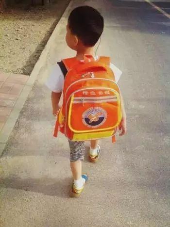 同时配有一张三四岁的小朋友背着橙色书包的照片.