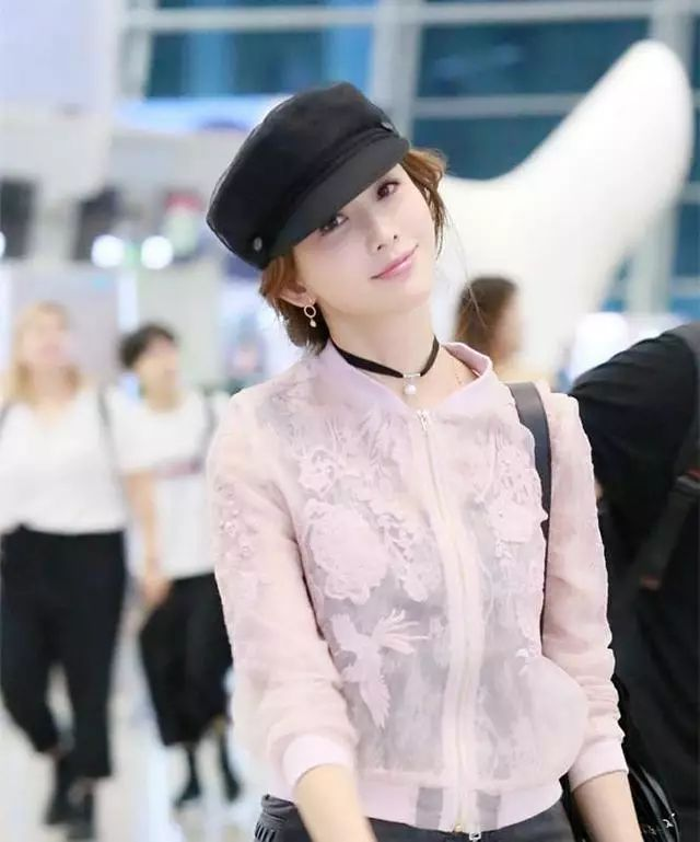 """42岁林志玲机场穿粉衣狂扮嫩,结果却被""""变形的膝盖""""出卖了自己"""
