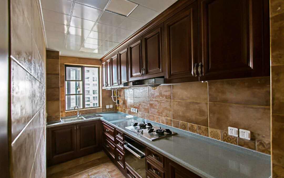 卫生间,马桶后面的墙砖复古拼花,非常别致.