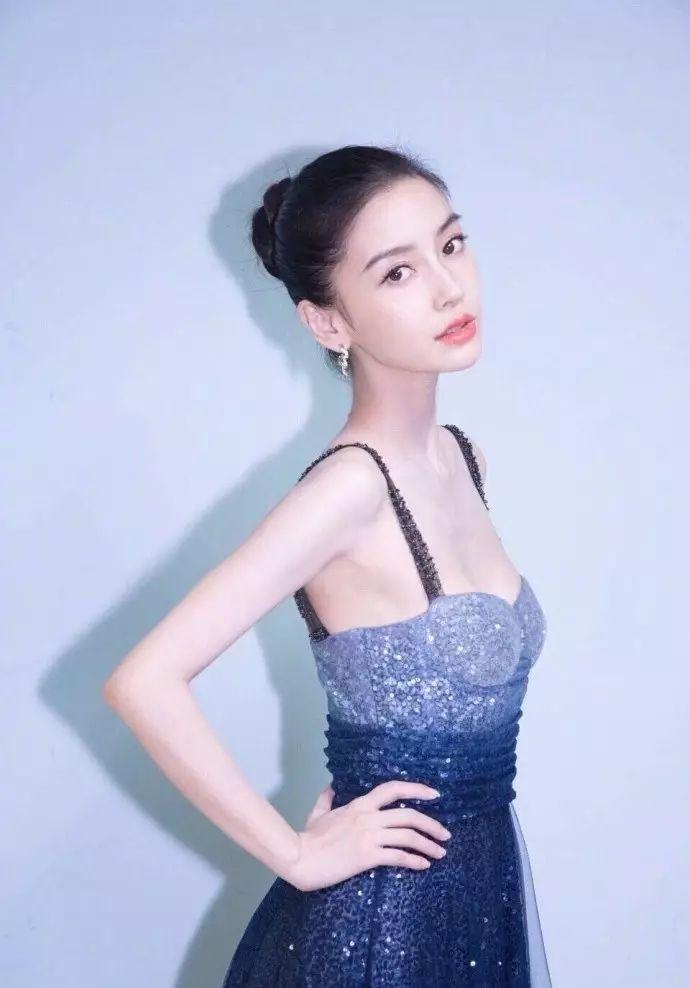 穿这件裙子的模特名叫 maria clara 真心感觉她完美的诠释了这星空裙