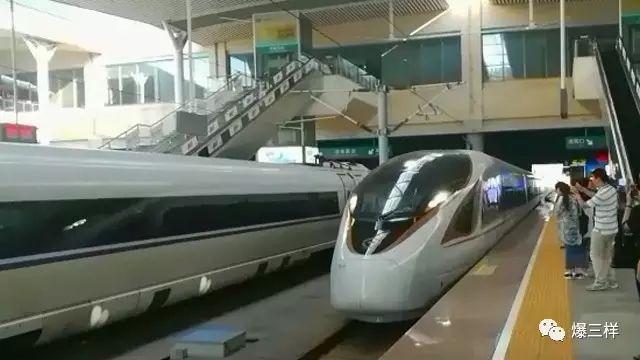"""秒拍:坐高铁能连WiFi了!""""复兴号""""时速350公里、全世界最快!"""