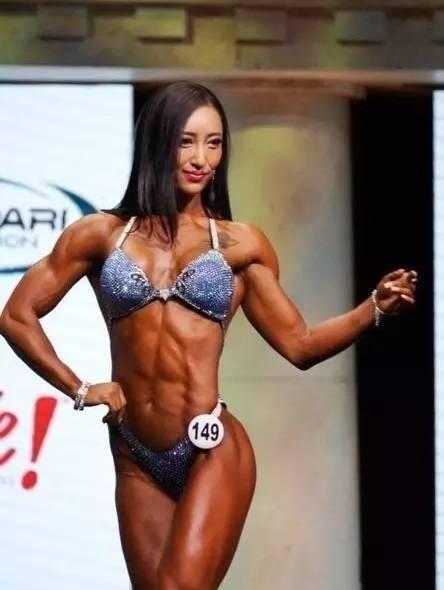 并成功砍下中国女健美运动员的第一张