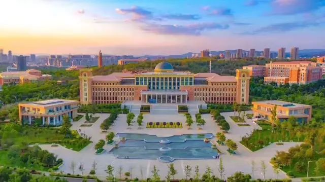 云南大学图书馆由校本部图书馆和呈贡校区图书馆两部分组成,总面积