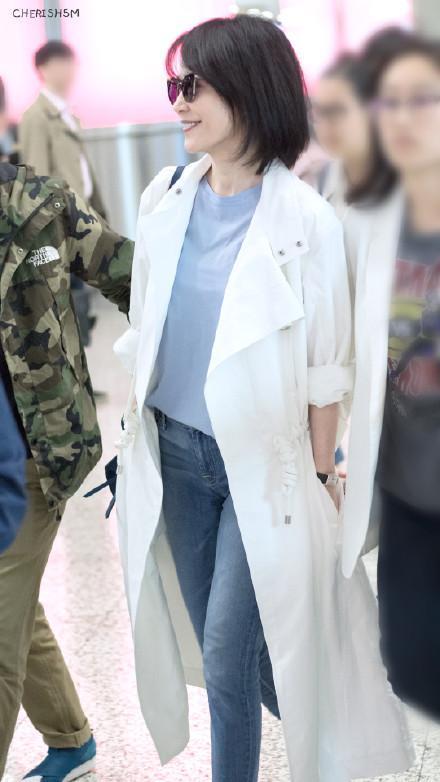 46岁俞飞鸿与48岁许晴机场同框,谁真嫩谁装嫩看一眼就知道!__