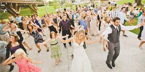 参加婚礼能穿白色么_参加婚礼能穿黑色吗?婚礼上怎么穿得体大方