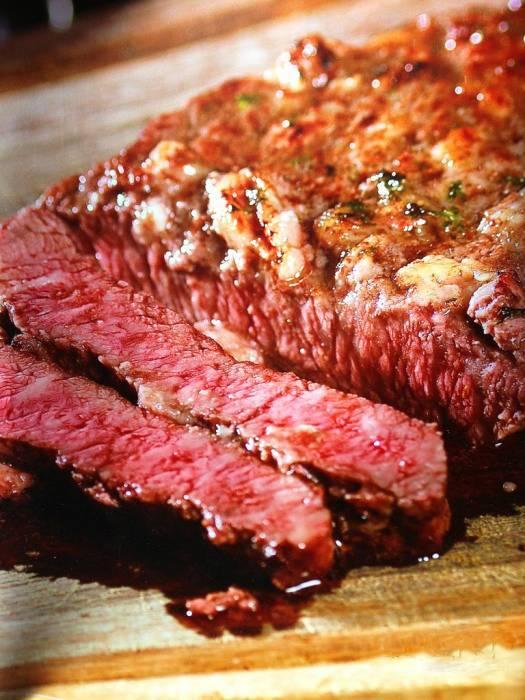 嫩逼啥样_香气逼人,牛肉厚切,七八成熟入口鲜味很浓,表层香口弹牙,中间口感嫩滑