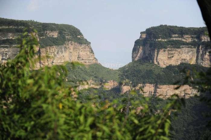 太行山路有多难,村民出行,当年仅靠悬崖中110米的一个豁口! - 淡雅~如菊 - 淡雅`如菊 ⌒_⌒ 爱摄影 爱生活
