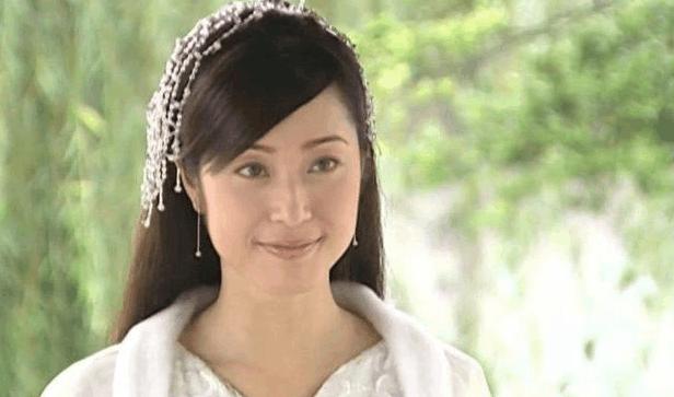 与蔡少芬同框热聊不断 51岁陈法蓉情路坎坷至今未婚