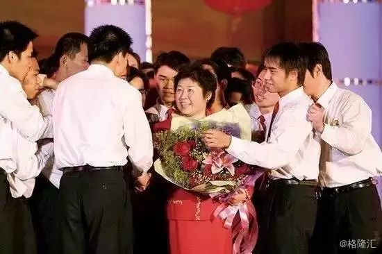 复古传奇网页模板下载她是中国首位女首富,27岁还在收破烂,50岁逆袭成首富,一夜蒸发134亿后东山再起