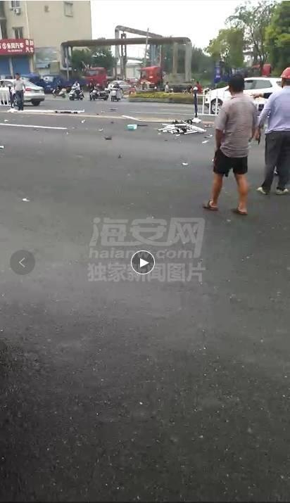 早上刚发生,海安妈妈带2个孩子过马路被撞飞,血流一地