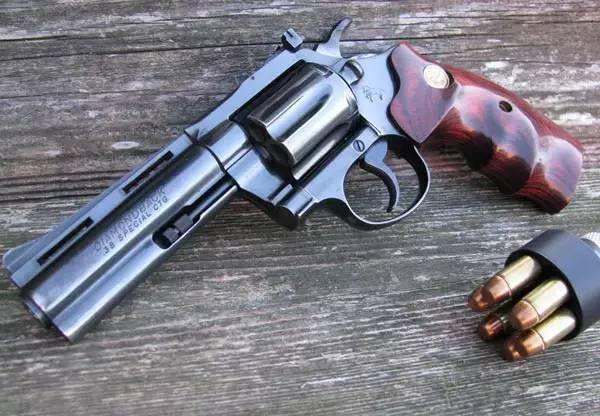 �9�m�)�_1/ 12 m1847左轮手枪被美国政府大量采购,他的柯尔特公司也因此迅速
