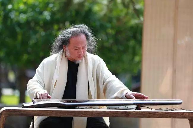 中国著名古琴演奏家王鹏演绎古琴名曲《平沙落雁》(摄影:王传俊)图片