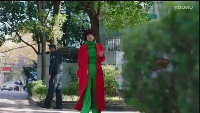 """路拍比精修图还美?娜扎时装周""""红配绿""""艳惊四座!原来""""红配绿""""这样搭配就可以避免时尚灾难……"""