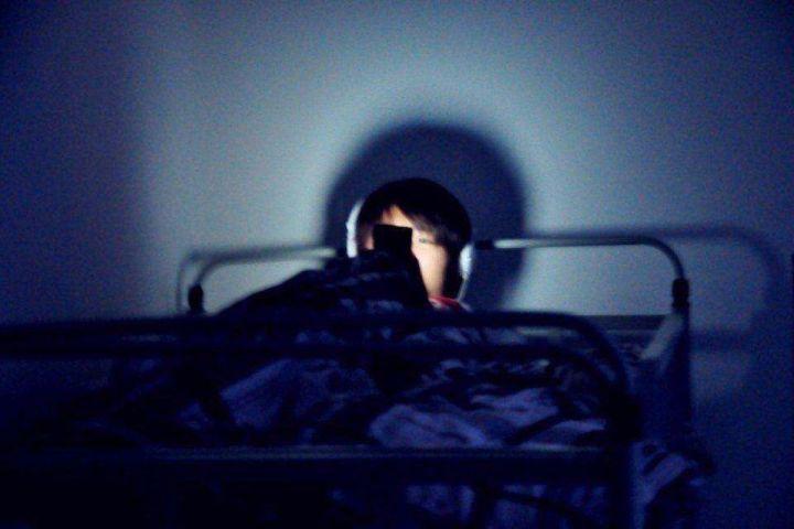 躺在床上玩手机