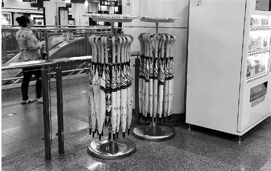 地铁站的共享雨伞卷土重来,这次规矩多了押金也多了