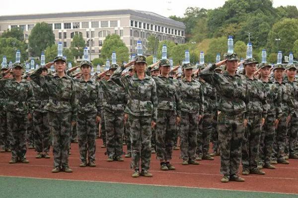 湖南高校新生军训出奇招,头顶水瓶进行军训