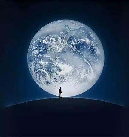 而微信开机界面的照片是基于这张作品合成,外加一个面对蓝色星球的图片