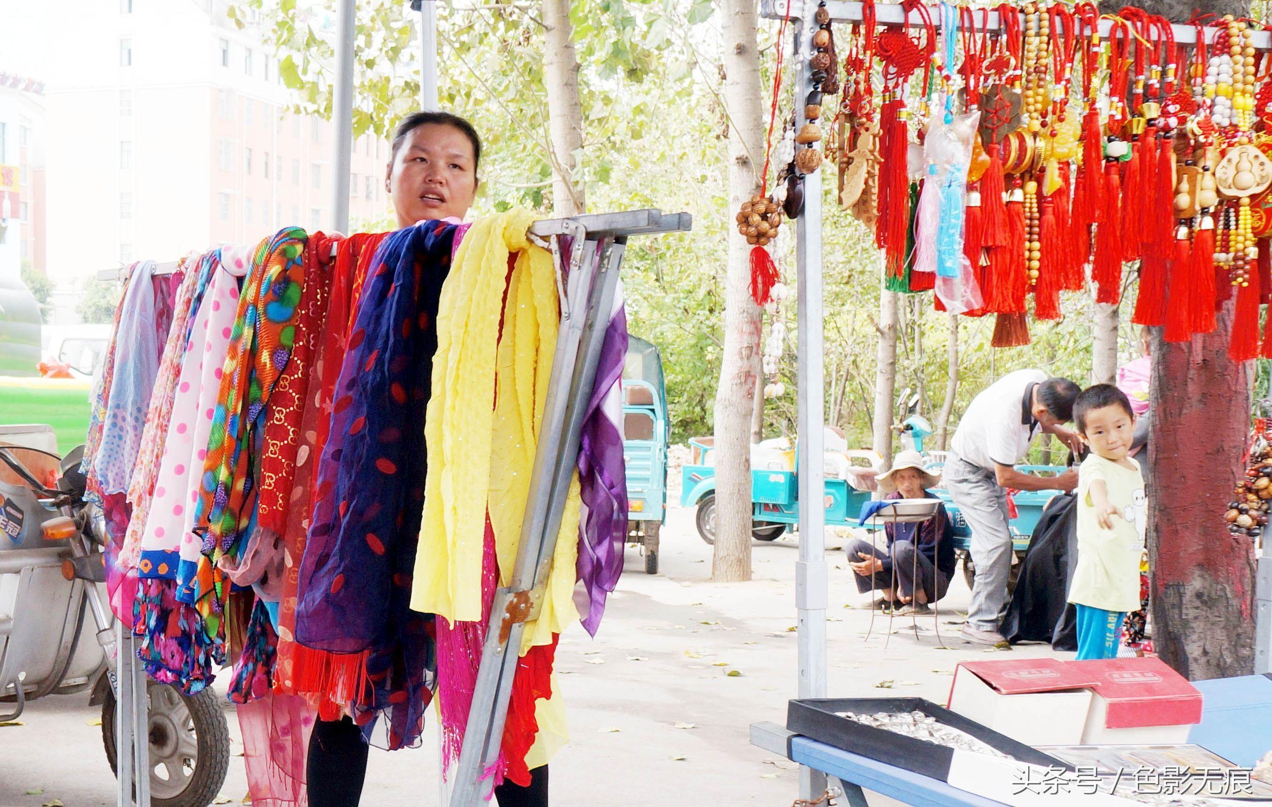 商贩在摆放丝巾和小的工艺品,薄利多销是商贩们生意之道.