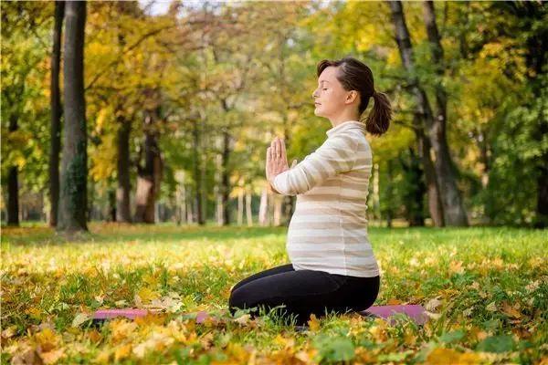 秋意渐浓,准妈妈和宝宝该如何穿衣才不容易生病?
