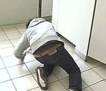 女厕偷拍k平台_变态!安徽一大学生在网咖厕所偷拍女子如厕~而在他手机里还发现