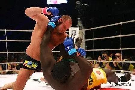 MMA的魅力557斤的巨汉被181斤的悍将暴力KO