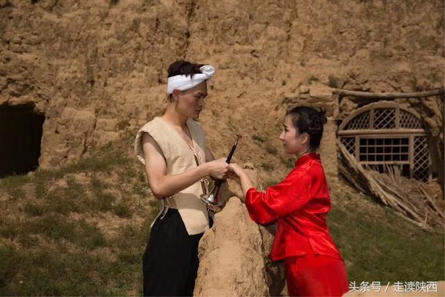 一对对鸳鸯水上漂,这对情侣拍摄的陕北风情艺术照,看的人心暖