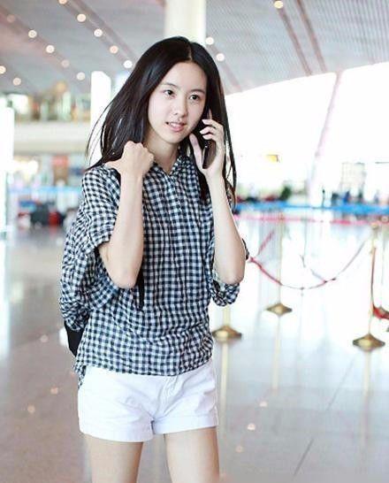 时尚 正文  最近陈都灵素颜现身机场,一身白色短裤搭配格子衬衫,显得
