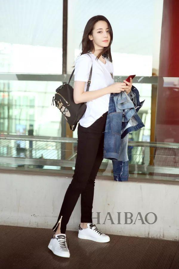 时尚 正文  披散着飘逸长发现身北京机场的热巴肤白唇红,甜美抢镜,一