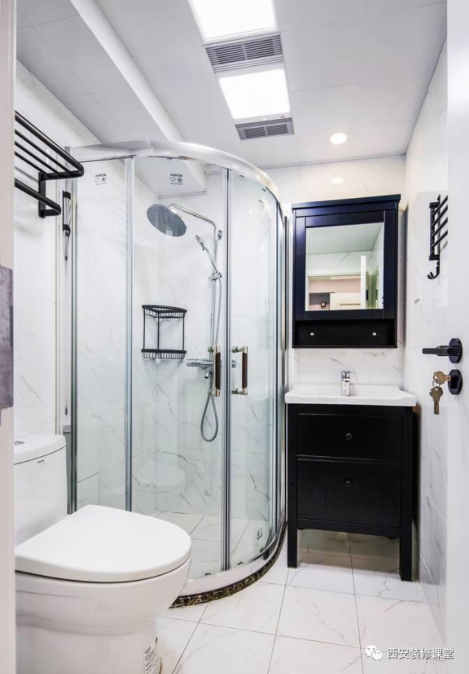 主卫仿爵士白瓷砖,黑色浴柜,角落淋浴房设置图片