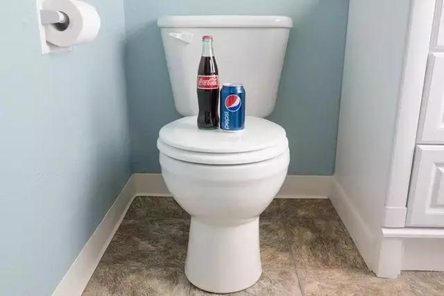 马桶清洁有困难,只要在水箱里放一个瓶子就能解决
