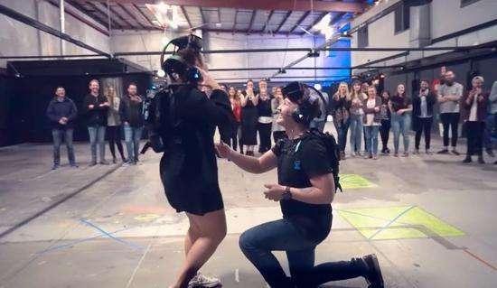 国外小伙借VR求婚,抱得美人归!