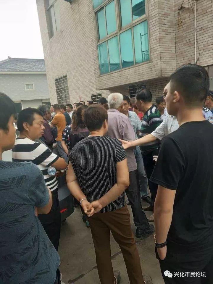 董北小学门口车祸喊救命(3)死者家属去肇事者家讨说法