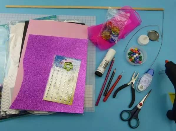 准备好需要使用到的材料和工具,我们能够看到,材料方面除过一些卡纸之外,还有瓦楞纸哦,当然大家可以根据自己的需要准备材料。工具为一些日常常用的手工制作工具;