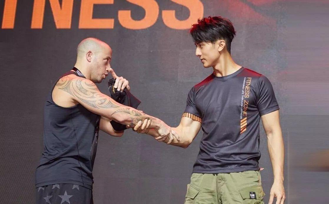 时尚 正文  其实,在没有进娱乐圈之前, 吴尊就是一个健身教练.