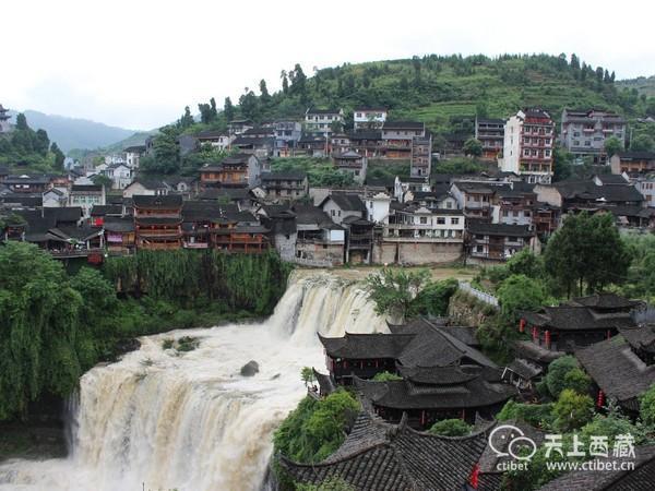 拥有两千多年历史的古镇,因宏伟的瀑布穿梭其中而震撼国人的眼球