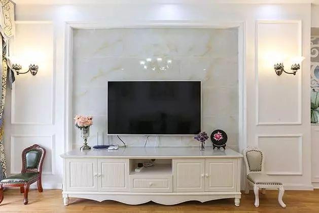 电视背景墙,中间采用大理石,四周用石膏板做造型,很有档次.