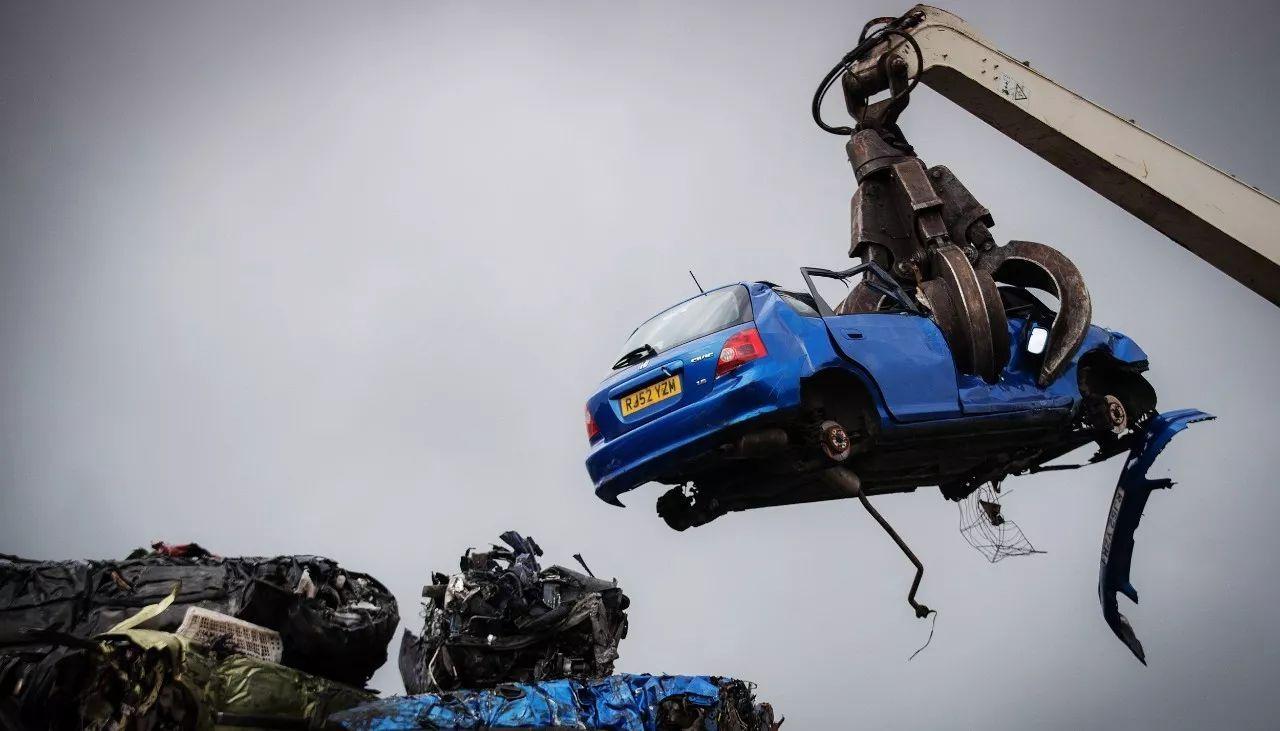 被起重机弱小的钢爪抓起来的汽车显得十分巨大,钢爪毫不费力的将汽车情趣内衣国内著名图片