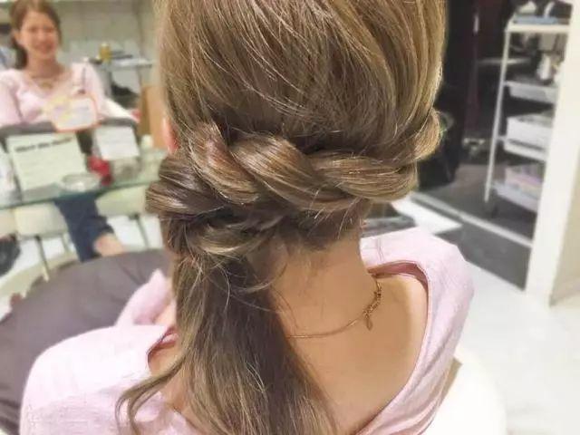 把编好的头发用橡皮筋扎起来图片