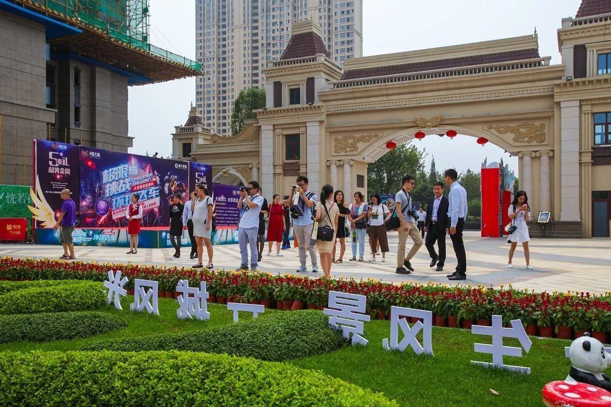 旅游 正文  9月28日,桂林主流媒体媒体一行在桂林恒大广场前合影留念图片