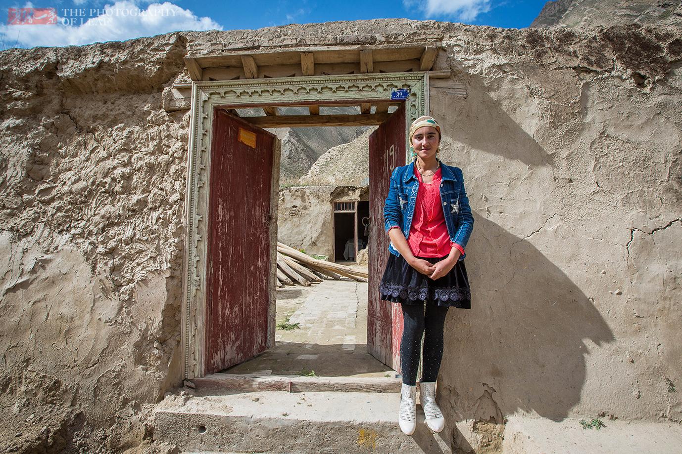 新藏线上这个落后的农村,天仙般的姑娘住在泥洞里,过着原始生活