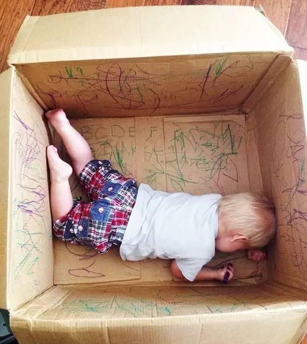 正经喜欢画画的宝宝, 爸爸妈妈不妨设置一个卷纸画画区, 想怎么画就怎