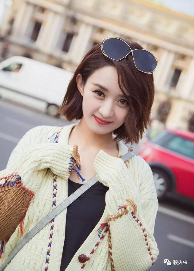 赵丽颖米色毛衣加甜美短发,现身巴黎街头,可谓超级吸睛!图片