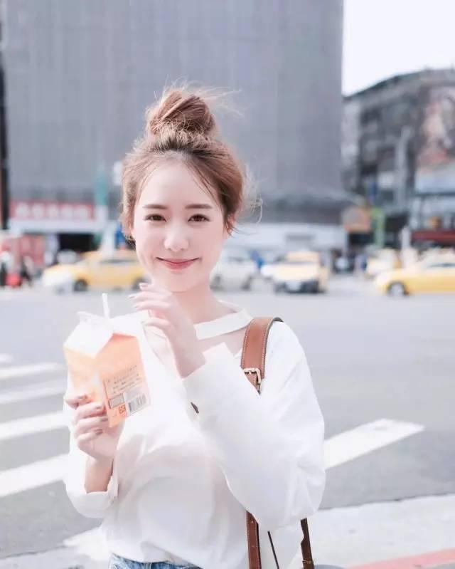 一个日本妹子分别在素颜和化妆后找男生借钱,结果竟然