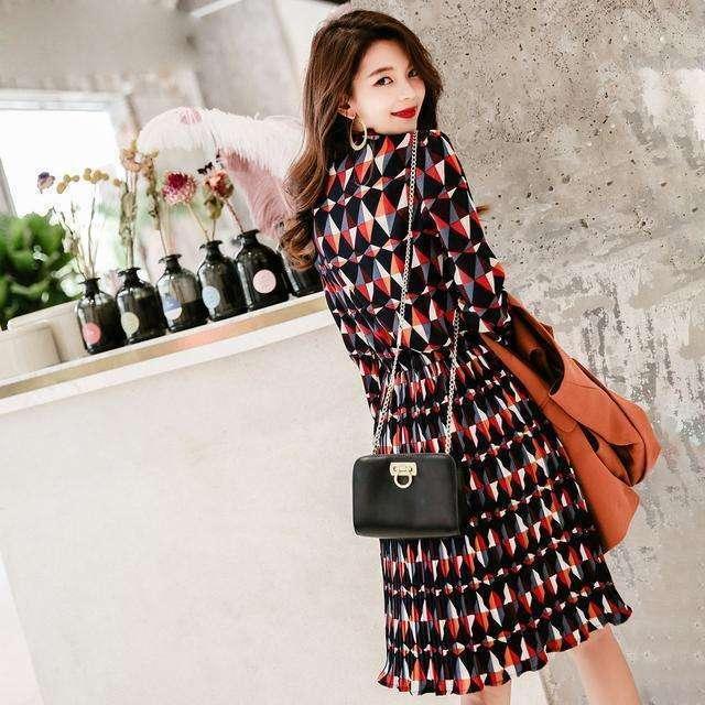 秋高气爽的季节里时尚搭配假两件套连衣裙